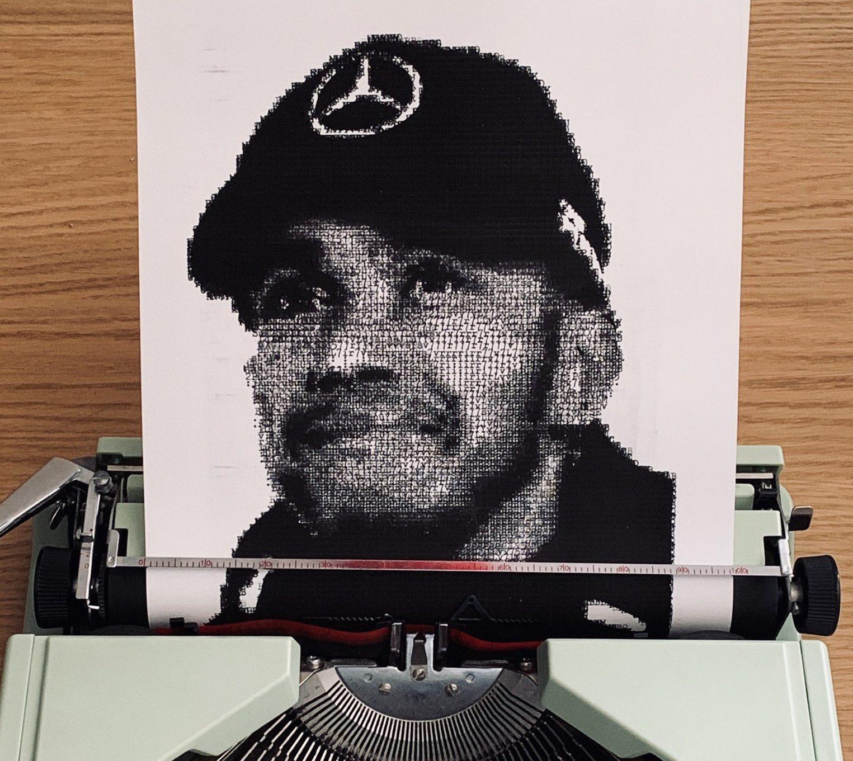 Il dessine le portrait de Lewis Hamilton avec...une machine à écrire ! 9