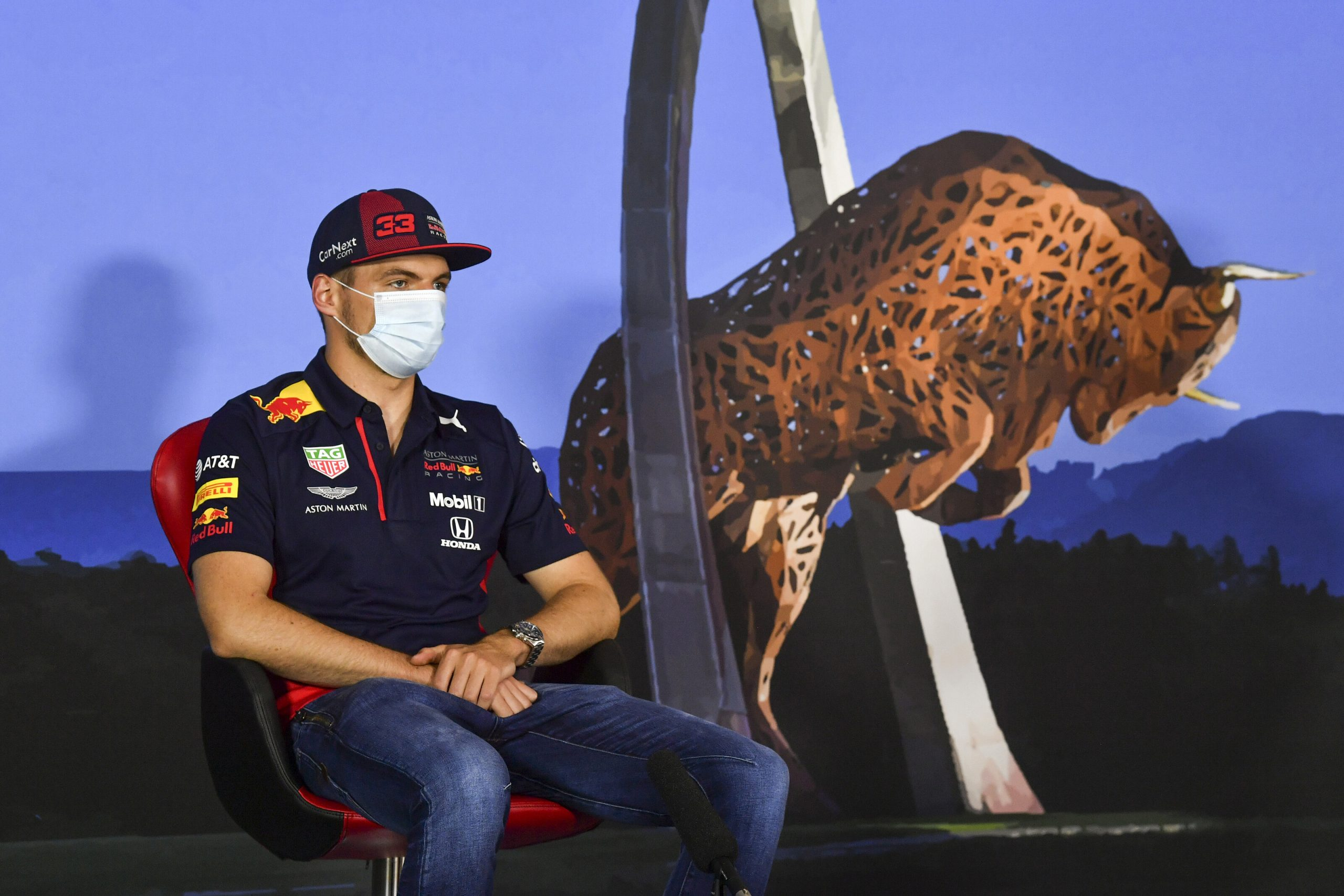 Max Verstappen présente un nouveau casque pour le GP de Styrie 1