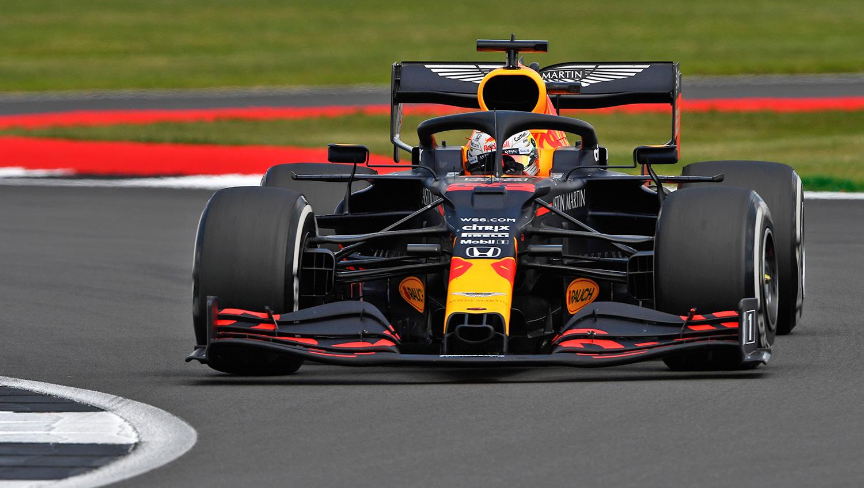Max Verstappen bat les deux Mercedes à Silverstone 1